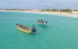 Fischerboote vor dem Strand in Sal, Kapverdische Inseln