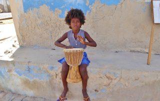 Nachwuchs-Musikerin auf Boa Vista