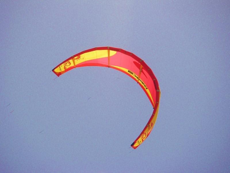 Bunter Kite-Schirm über dem Strand von Sal