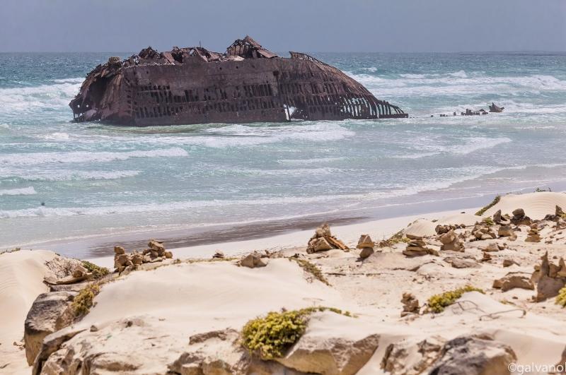 Wrack am Strand von Boa Vista, Kapverde