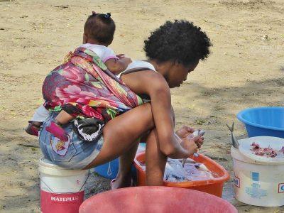 Kapverden - Junge Mutter mit Kind
