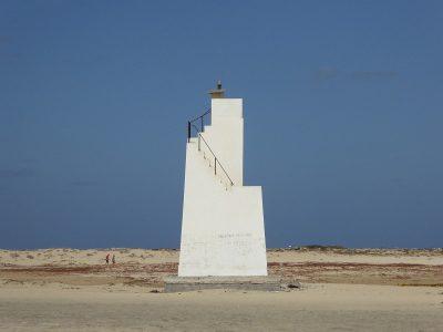 Leuchtturm am Strand der Insel Sal, Kapverden