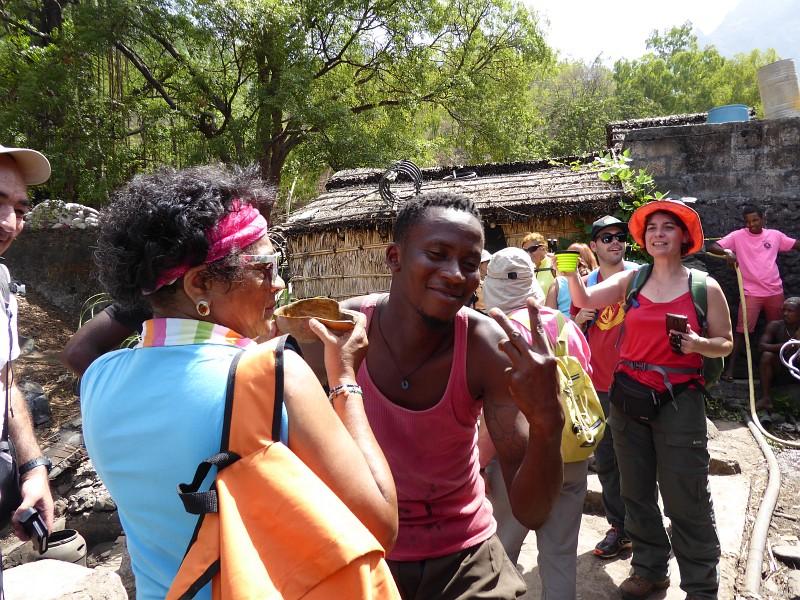 KapverdischeInseln Santiago - Spass bei der Besichtigung der Groguebrennerei