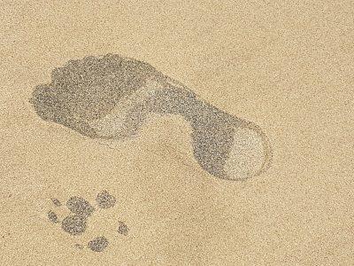 Spuren im Sand am Strand von Cabo Verde