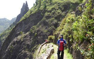 Abstieg vom Cova-Krater nach Paul